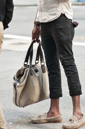 Comment porter: chemise à manches longues beige, jean noir, mocassins en daim beiges, sac fourre-tout en toile beige