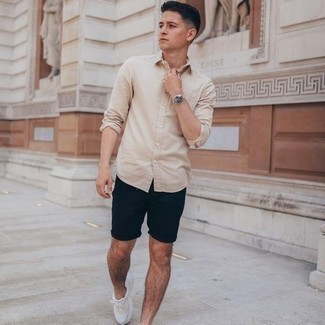 Comment porter une chemise à manches longues beige: Pense à marier une chemise à manches longues beige avec un short bleu marine pour un déjeuner le dimanche entre amis. Si tu veux éviter un look trop formel, opte pour une paire de chaussures de sport blanches.