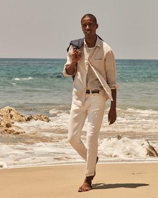 Comment porter: chemise à manches longues en lin beige, t-shirt à col rond à rayures horizontales blanc, pantalon chino beige, ceinture en toile tressée bleu marine