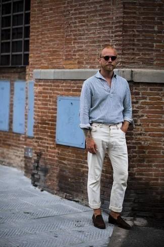 Comment porter des slippers en daim marron foncé: Harmonise une chemise à manches longues à rayures verticales blanc et bleu marine avec un jean blanc pour affronter sans effort les défis que la journée te réserve. D'une humeur audacieuse? Complète ta tenue avec une paire de des slippers en daim marron foncé.
