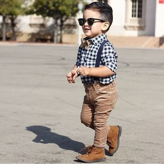 Comment porter: chemise à manches longues en vichy blanc et bleu marine, jean marron, bottes marron, nœud papillon marron clair