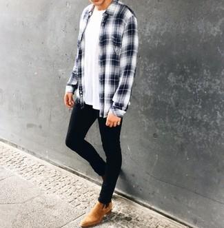 Comment porter: chemise à manches longues écossaise blanc et bleu marine, t-shirt à col rond blanc, jean skinny noir, bottines chelsea en daim marron clair
