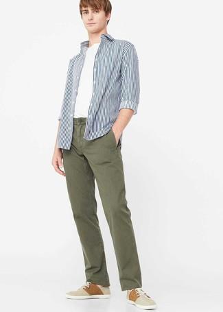 Comment porter: chemise à manches longues à rayures verticales blanc et bleu marine, t-shirt à col rond blanc, pantalon chino olive, tennis beiges