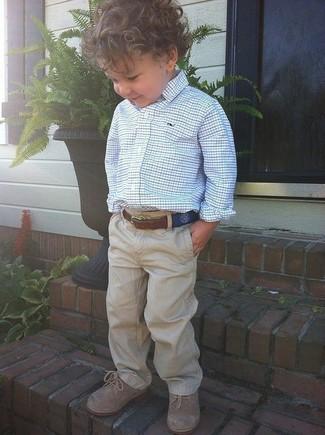 Comment porter: chemise à manches longues blanc et bleu, pantalon marron clair, chaussures richelieu marron clair