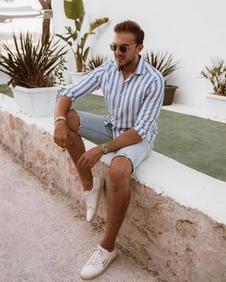 Comment porter: chemise à manches longues à rayures verticales blanc et bleu, short en denim bleu clair, baskets basses en cuir blanches, lunettes de soleil olive