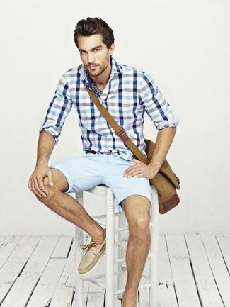 Comment porter: chemise à manches longues en vichy blanc et bleu, short bleu clair, chaussures bateau en cuir beiges, besace en toile marron