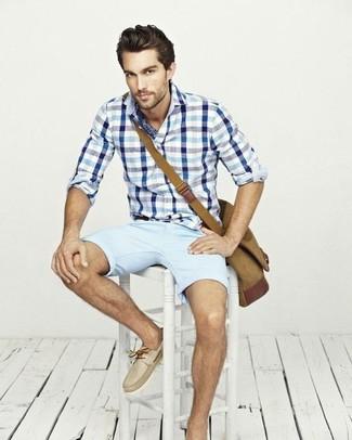 Comment porter: chemise à manches longues en vichy blanc et bleu, short bleu clair, chaussures bateau en cuir beiges, besace en toile marron clair