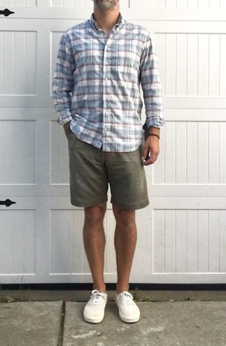 Comment s'habiller après 50 ans: Pense à marier une chemise à manches longues écossaise blanc et bleu avec un short olive pour une tenue confortable aussi composée avec goût. Une paire de des baskets basses en toile blanches est une option judicieux pour complèter cette tenue.