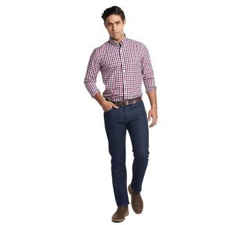 Comment porter: chemise à manches longues en vichy blanc et rouge et bleu marine, jean bleu marine, bottines chukka en cuir marron foncé, ceinture en cuir marron foncé