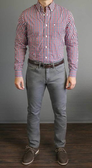 Comment porter: chemise à manches longues en vichy blanc et rouge et bleu marine, jean gris, bottines chukka en cuir marron foncé, ceinture en cuir marron foncé