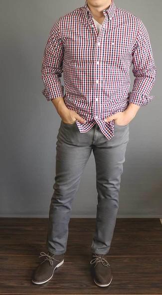 Comment porter: chemise à manches longues en vichy blanc et rouge et bleu marine, t-shirt à col en v blanc, jean gris, bottines chukka en daim marron foncé