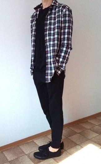 Comment porter un pantalon de jogging noir: Pense à marier une chemise à manches longues écossaise blanc et rouge et bleu marine avec un pantalon de jogging noir pour une tenue idéale le week-end. Opte pour une paire de des baskets basses en toile noires pour afficher ton expertise vestimentaire.