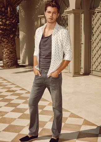 Comment porter: chemise à manches longues imprimée blanche, débardeur gris, jean gris, espadrilles en daim noires