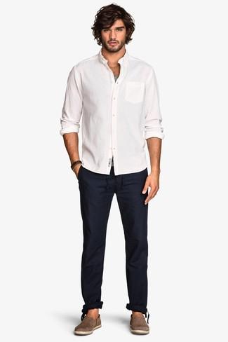 Comment porter: chemise à manches longues blanche, débardeur gris, pantalon chino bleu marine, espadrilles en daim marron