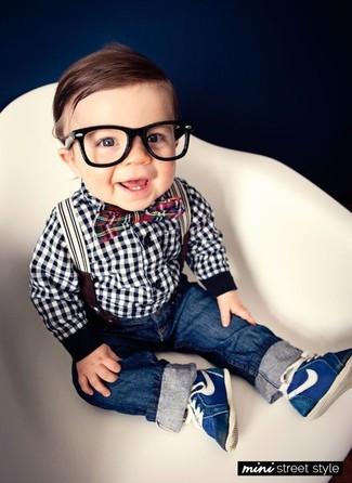 Comment porter: chemise à manches longues en vichy blanche et noire, jean bleu marine, baskets bleu marine, nœud papillon rouge