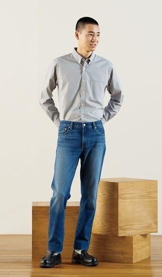 Tendances mode hommes: Essaie de marier une chemise à manches longues à carreaux blanche et noire avec un jean bleu marine pour un déjeuner le dimanche entre amis.