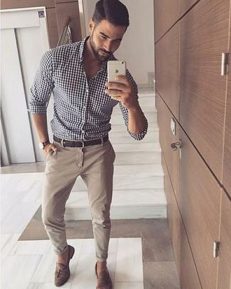 Comment porter: chemise à manches longues en vichy blanche et noire, pantalon chino beige, mocassins à pampilles en daim marron, ceinture en cuir tressée marron foncé