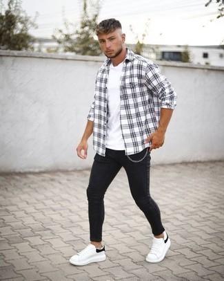 Comment porter un jean skinny noir: Harmonise une chemise à manches longues écossaise blanche et noire avec un jean skinny noir pour un look idéal le week-end. D'une humeur créatrice? Assortis ta tenue avec une paire de des baskets basses en cuir blanches et noires.