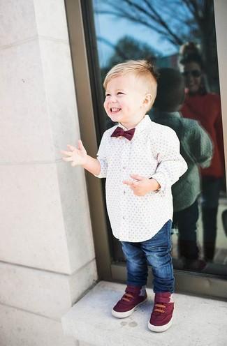 Comment porter: chemise à manches longues blanche, jean bleu, baskets bordeaux, nœud papillon bordeaux