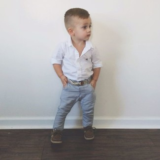 Comment porter: chemise à manches longues blanche, jean gris, chaussures bateau marron foncé