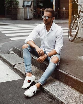 Comment porter des lunettes de soleil grises: Porte une chemise à manches longues blanche et des lunettes de soleil grises pour un look confortable et décontracté. Choisis une paire de des baskets basses en cuir imprimées blanches pour afficher ton expertise vestimentaire.