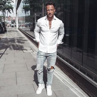 Comment porter: chemise à manches longues blanche, jean skinny déchiré bleu clair, baskets montantes en cuir blanches