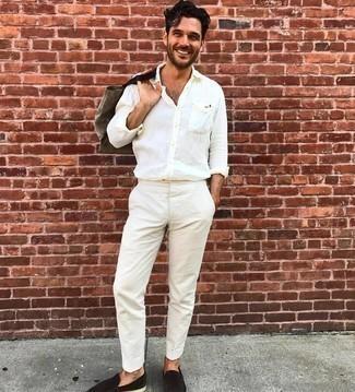 Comment porter une chemise à manches longues blanche: Opte pour une chemise à manches longues blanche avec un pantalon chino blanc pour une tenue idéale le week-end. Termine ce look avec une paire de slippers en daim marron foncé pour afficher ton expertise vestimentaire.