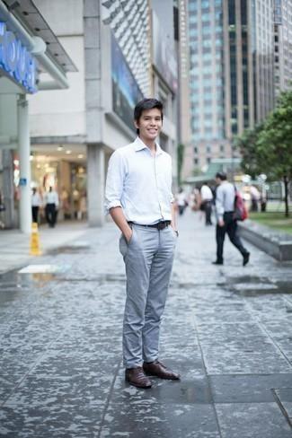 Comment porter une chemise à manches longues avec un pantalon chino: Harmonise une chemise à manches longues avec un pantalon chino pour affronter sans effort les défis que la journée te réserve. Complète cet ensemble avec une paire de des chaussures derby en cuir marron foncé pour afficher ton expertise vestimentaire.