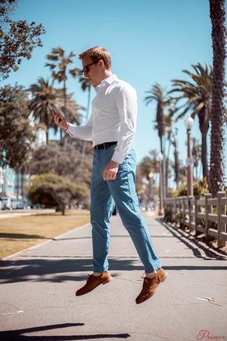 Comment porter: chemise à manches longues à carreaux blanche, pantalon chino bleu clair, chaussures richelieu en daim marron clair, ceinture en cuir marron foncé
