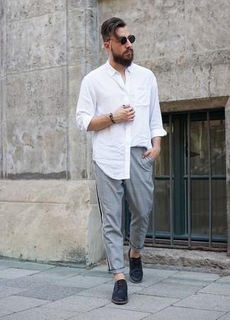 Comment porter: chemise à manches longues blanche, pantalon chino écossais gris, chaussures derby en cuir noires, lunettes de soleil noires