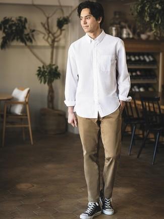 Comment porter: chemise à manches longues blanche, pantalon chino marron clair, baskets montantes en toile noires et blanches
