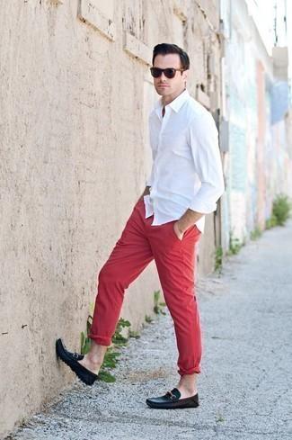 Comment porter une chemise à manches longues avec des mocassins: Marie une chemise à manches longues avec un pantalon chino rouge pour obtenir un look relax mais stylé. Une paire de des mocassins est une option génial pour complèter cette tenue.