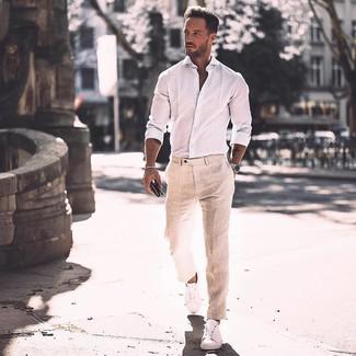 Comment porter: chemise à manches longues blanche, pantalon de costume en lin beige, baskets basses en cuir blanches, montre argentée