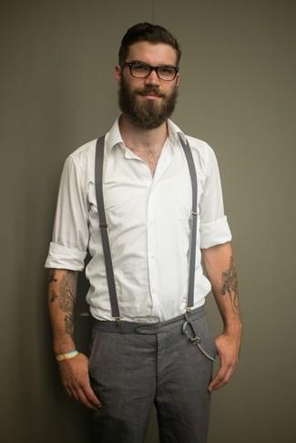 Comment porter: chemise à manches longues blanche, pantalon de costume en laine à carreaux gris, bretelles grises