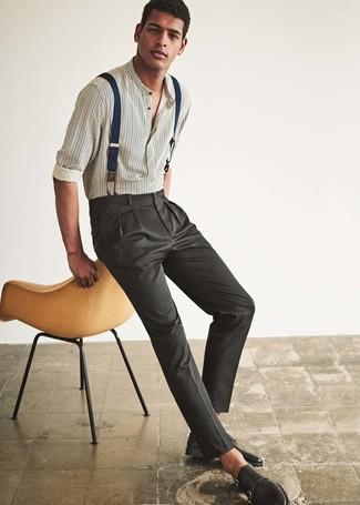 Comment porter: chemise à manches longues à rayures verticales blanche, pantalon de costume gris foncé, double monks en cuir noirs, bretelles bleu marine