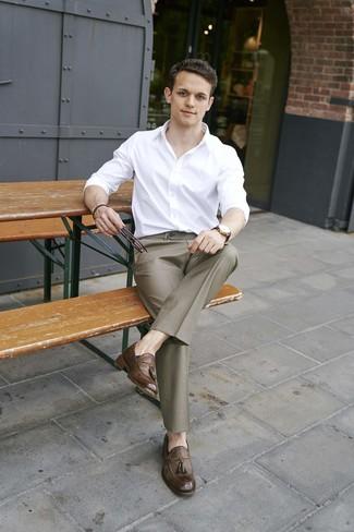Comment porter: chemise à manches longues blanche, pantalon de costume marron, mocassins à pampilles en cuir marron, montre en cuir marron foncé