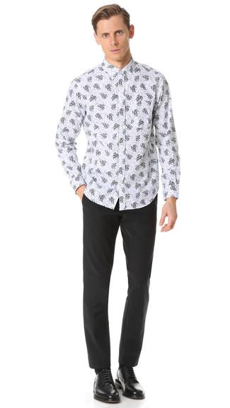 Comment porter une chemise à manches longues à fleurs blanc et bleu marine: L'association d'une chemise à manches longues à fleurs blanc et bleu marine et d'un pantalon de costume noir peut te démarquer de la foule. Transforme-toi en bête de mode et fais d'une paire de des chaussures derby en cuir noires ton choix de souliers.