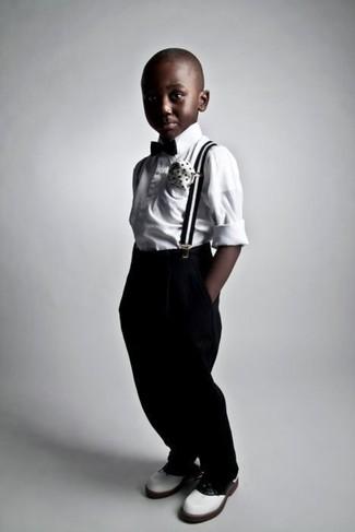 Comment porter: chemise à manches longues blanche, pantalon noir, chaussures richelieu blanches, nœud papillon noir