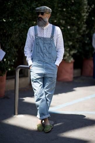 Comment porter: chemise à manches longues imprimée blanche, salopette en denim bleu clair, espadrilles en toile vertes, casquette plate écossaise grise