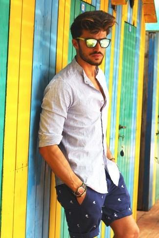 Comment porter une chemise à manches longues à rayures verticales blanche: Associe une chemise à manches longues à rayures verticales blanche avec un short imprimé bleu marine et blanc pour une tenue idéale le week-end.