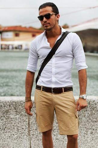 Tenue: Chemise à manches longues blanche, Short marron clair, Ceinture en cuir marron foncé