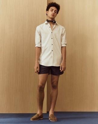 Comment porter une chemise à manches longues blanche: Essaie d'harmoniser une chemise à manches longues blanche avec un short noir pour un look de tous les jours facile à porter. Ajoute une paire de des slippers en daim marron à ton look pour une amélioration instantanée de ton style.