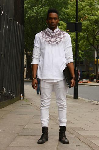 Comment porter: chemise à manches longues blanche, t-shirt à col rond imprimé blanc et noir, jean blanc, bottes de loisirs en cuir noires