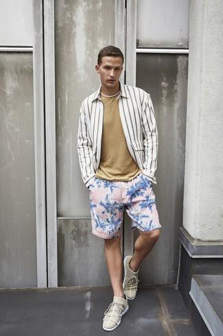 Comment porter: chemise à manches longues à rayures verticales blanche, t-shirt à col rond marron clair, short de bain à fleurs rose, baskets basses beiges
