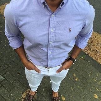 Comment porter des chaussures bateau en cuir marron foncé en été: Pense à marier une chemise à manches longues bleu clair avec un jean déchiré blanc pour un look confortable et décontracté. Jouez la carte classique pour les chaussures et opte pour une paire de des chaussures bateau en cuir marron foncé. Cette tenue est très estivale.