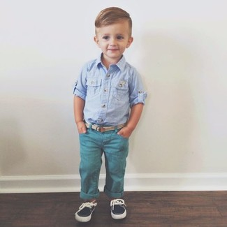 Comment porter: chemise à manches longues bleu clair, jean bleu canard, chaussures bateau bleu marine