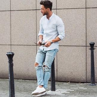 Comment porter: chemise à manches longues bleu clair, jean bleu clair, baskets basses blanches