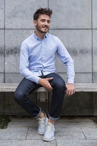 Comment porter une chemise à manches longues bleu clair: Essaie d'harmoniser une chemise à manches longues bleu clair avec un jean bleu marine pour un look de tous les jours facile à porter. Tu veux y aller doucement avec les chaussures? Complète cet ensemble avec une paire de des chaussures de sport bleu clair pour la journée.