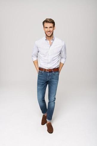 Comment porter des slippers en daim marron: Pour une tenue de tous les jours pleine de caractère et de personnalité porte une chemise à manches longues à rayures verticales bleu clair et un jean bleu. Habille ta tenue avec une paire de des slippers en daim marron.