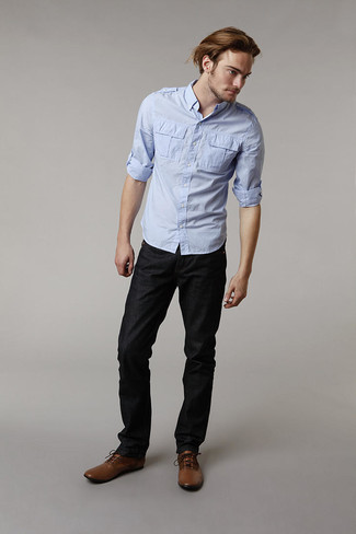 Comment porter: chemise à manches longues bleu clair, jean noir, bottes habillées en cuir marron